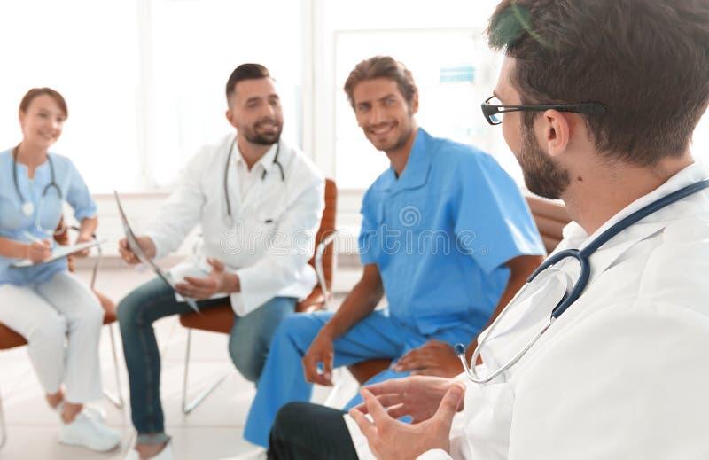 Medicinsk personal som diskuterar röntgenstrålen av en patient royaltyfri fotografi