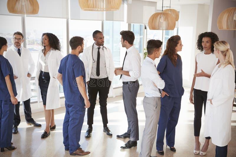 Medicinsk personal som har informellt möte i sjukhus arkivbild
