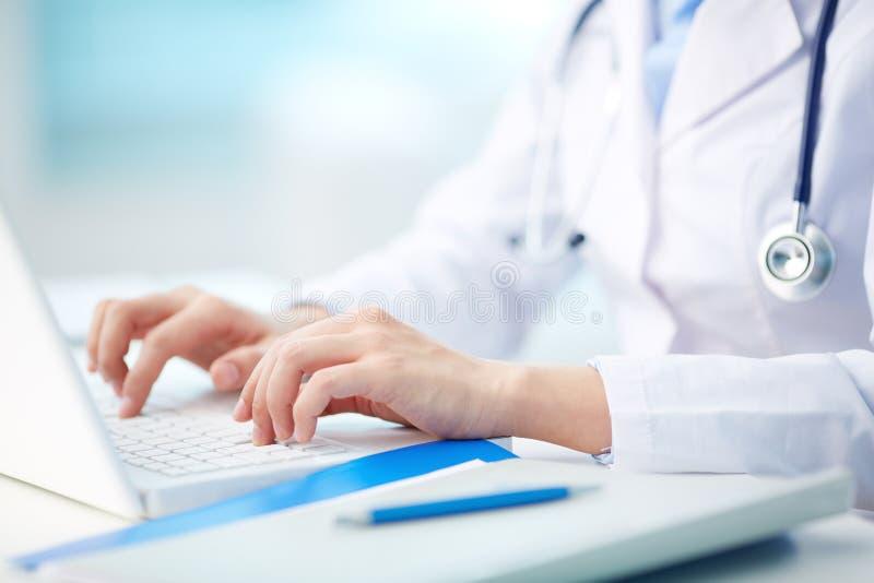 Medicinsk personmaskinskrivning arkivfoton