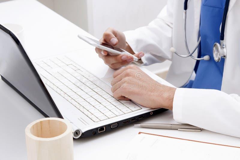 Medicinsk professionell med smartphonen arkivfoto