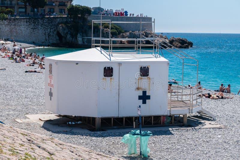 Medicinsk punkt på stranden i Nice på medelhavet i Nice royaltyfri fotografi