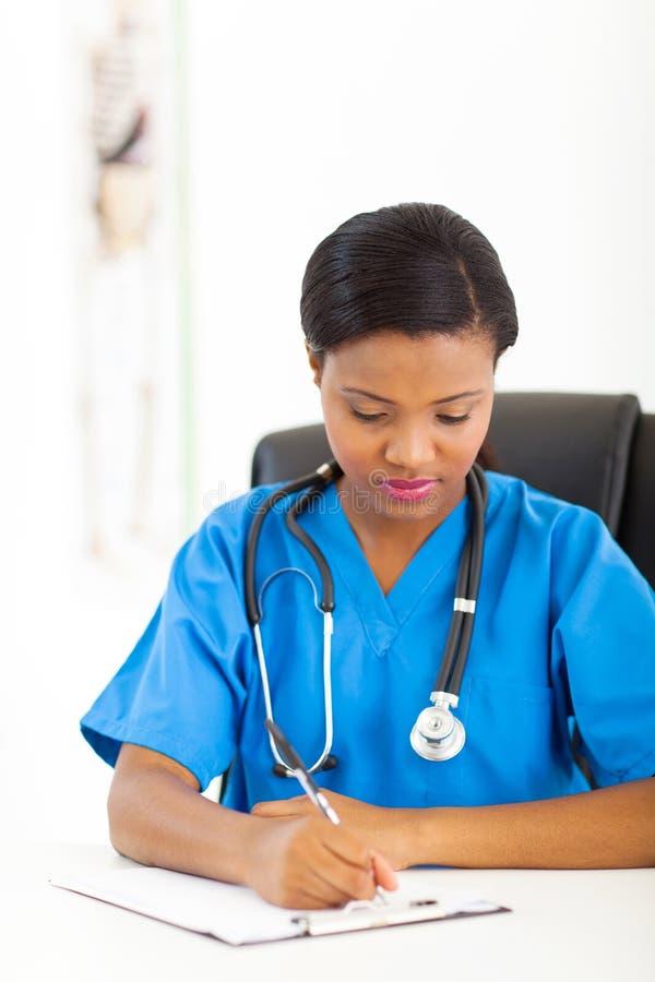 Afrikansk medicinsk allmäntjänstgörande läkare fotografering för bildbyråer