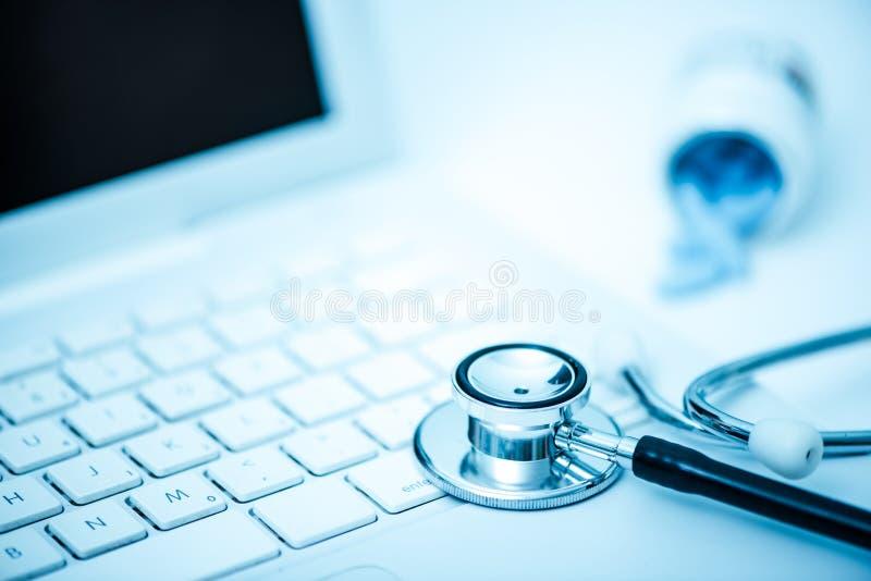 Medicinsk stetoscope på tangentbordet fotografering för bildbyråer
