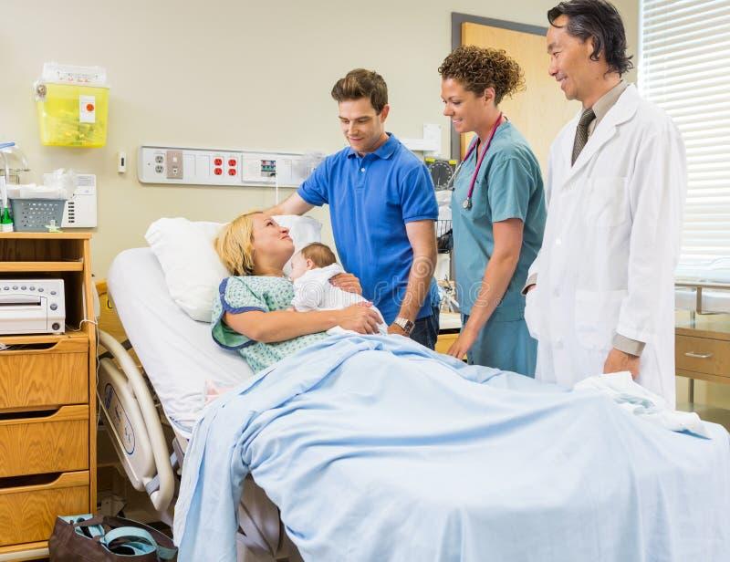 Medicinsk Team And Man Looking At moder med fotografering för bildbyråer