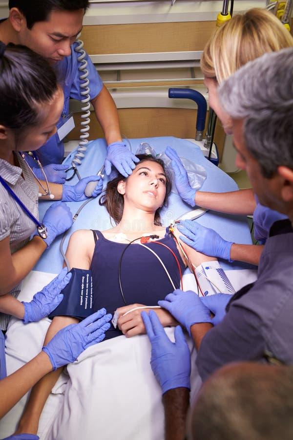 Medicinsk Team Working On Patient In akutmottagning royaltyfri bild