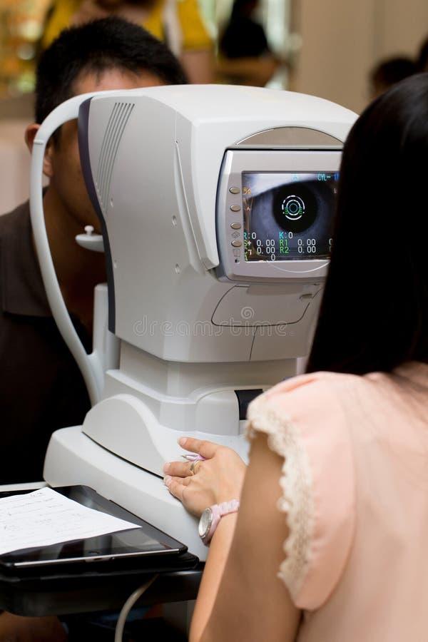 Medicinsk uppslutning på mäta för öga royaltyfri foto