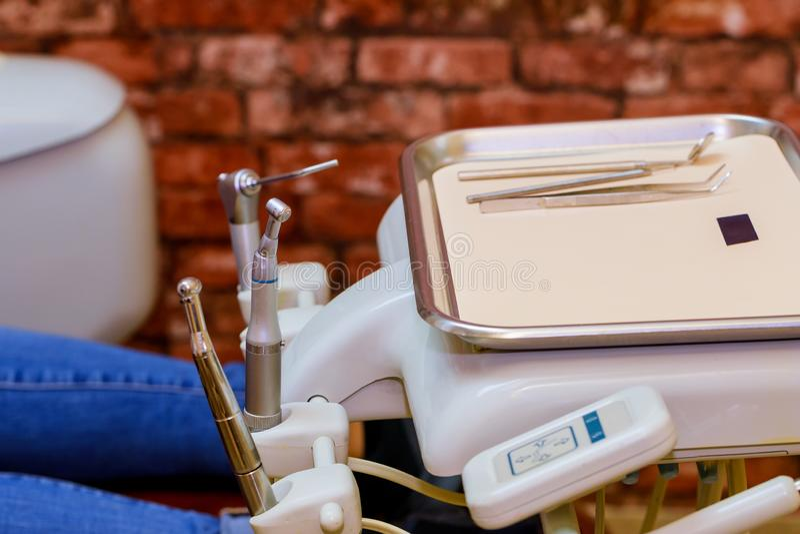 Medicinsk utrustning för tand- klinik på den lokala tand- kliniken arkivfoton
