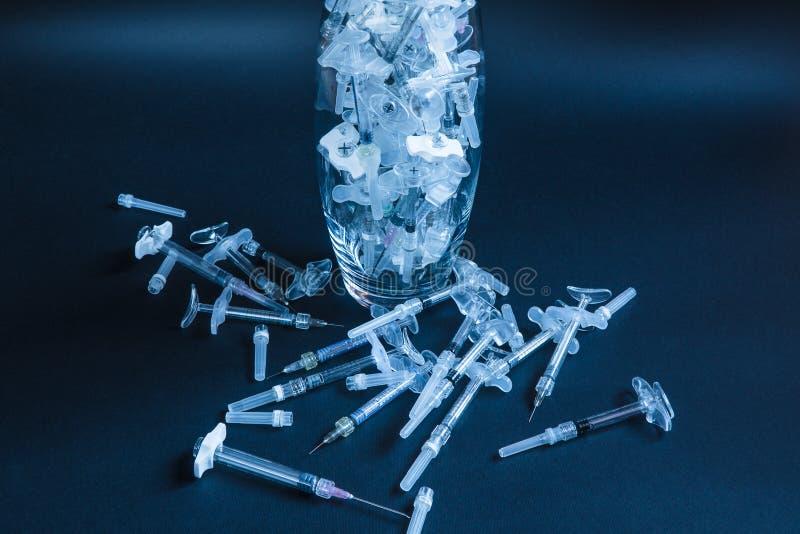 Medicinsk utrustning injektionar Medicin Svart bakgrund royaltyfria foton