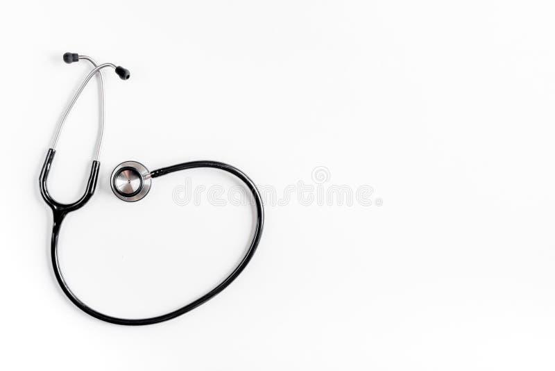 Medicinsk utrustning med stetoskopet i kontor för doktors` s på den vita modellen för bästa sikt för skrivbordbakgrund fotografering för bildbyråer