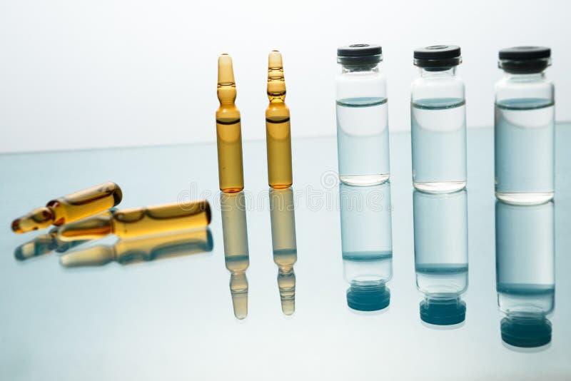 Medicinsk vaccinera omsorg för sjukdom för behandling för hypodermatisk injektion för liten medicinflaska i sjukhus och förhindra arkivbild