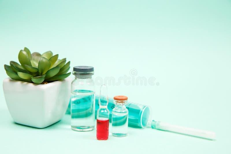 Medicinsk vaccinera omsorg f?r sjukdom f?r behandling f?r hypodermatisk injektion f?r liten medicinflaska arkivbild