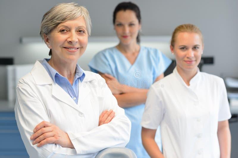 Medicinsk yrkesmässig lagkvinna på tand- kirurgi royaltyfria bilder