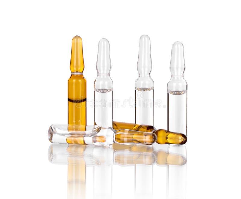 Medicinska ampuller för injektion på vit arkivbilder