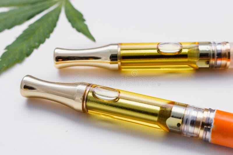 Medicinska cannabis oljer Vape pennor royaltyfri foto