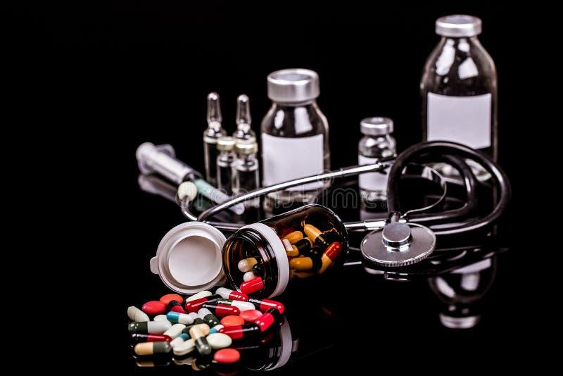 Medicinska capules, små medicinflaskor för injektion med en injektionsspruta och ampules arkivfoton