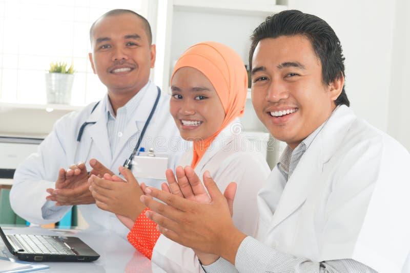 Medicinska doktorer som applåderar händer royaltyfri bild