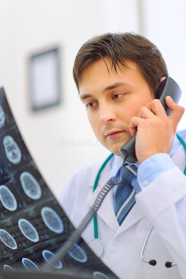 Medicinska doktorsholdingtålmodig tomography och spe arkivfoto