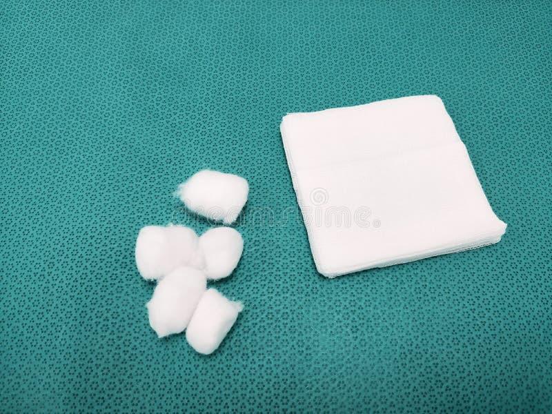 Medicinska Gauze And Cotton Swab royaltyfria bilder