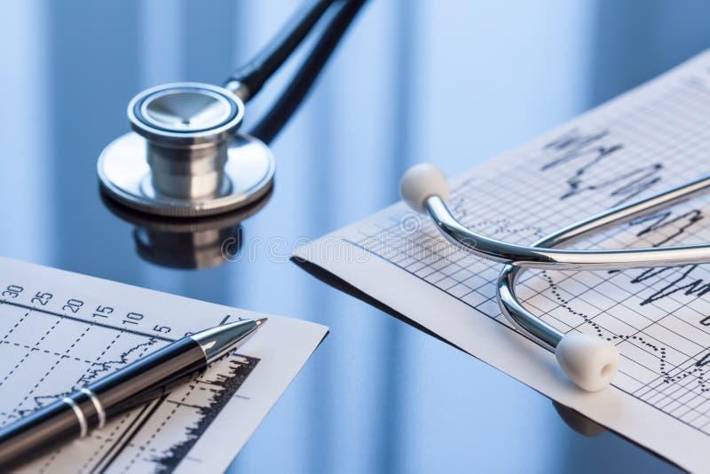 medicinska hjälpmedel Stetoskop och kardiogram på en tabell arkivfoto