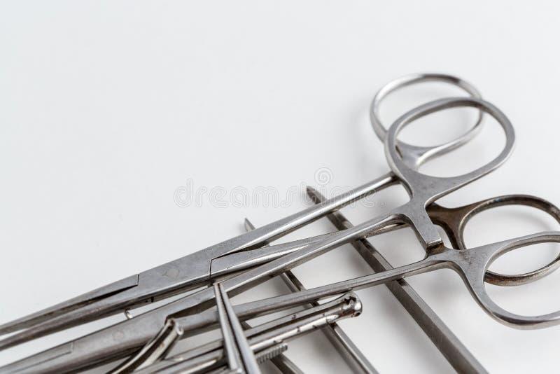 Medicinska instrument för tappning, skalpell, sax, gem och pincett på vit isolerad bakgrund arkivfoton