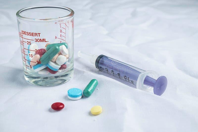 Medicinska läkarbehandlingar och injektionssprutor royaltyfri fotografi
