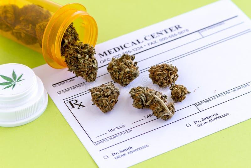 Medicinska marijuanaknoppar och frö royaltyfri foto