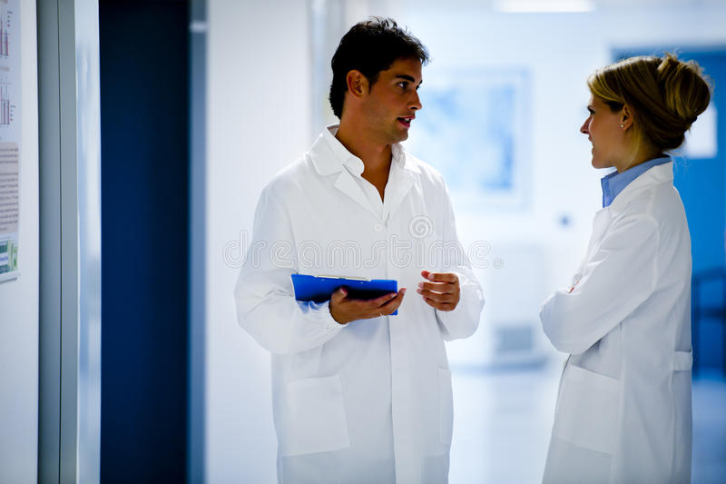 Medicinska personaler som konsulterar arkivfoto