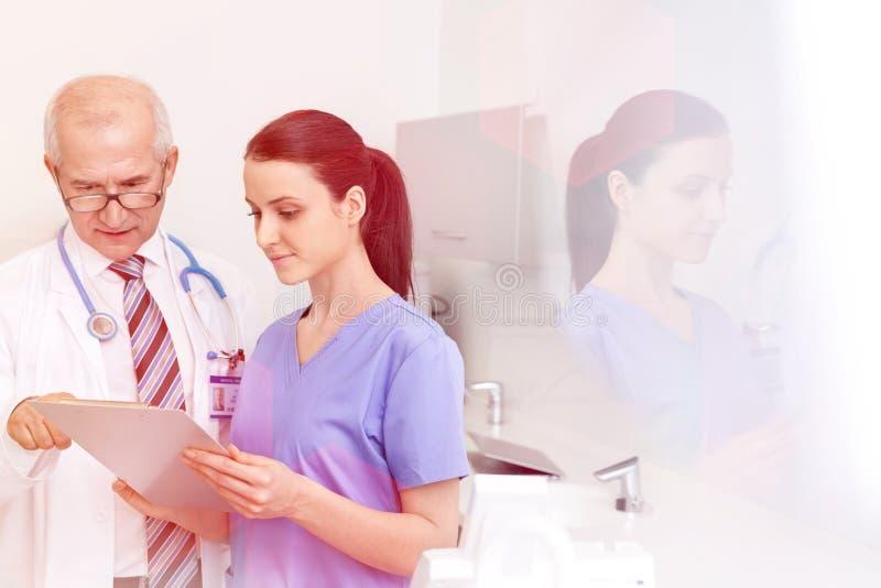 Medicinska personliga doktorer, sjuksköterskor och tandläkare under olika tillvägagångssätt med patienter royaltyfri fotografi