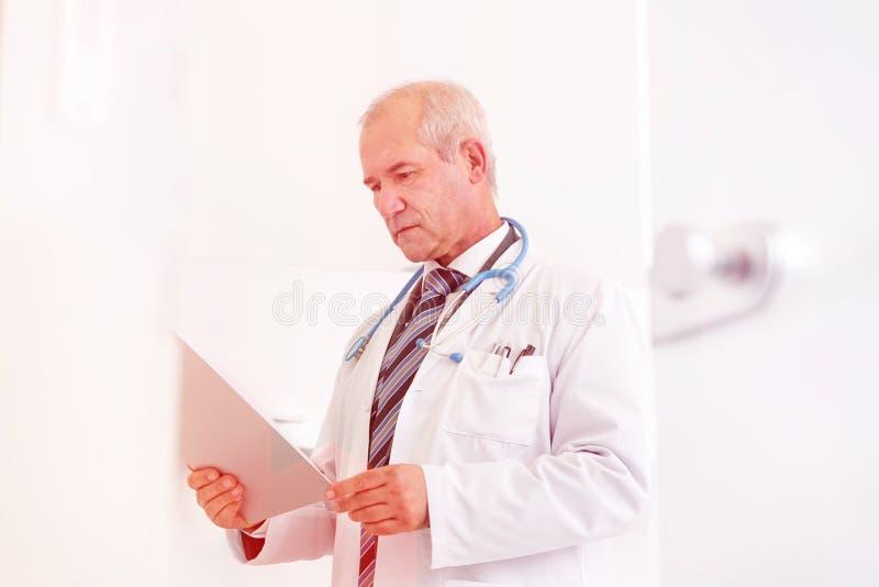 Medicinska personliga doktorer, sjuksköterskor och tandläkare under olika tillvägagångssätt med patienter arkivbild