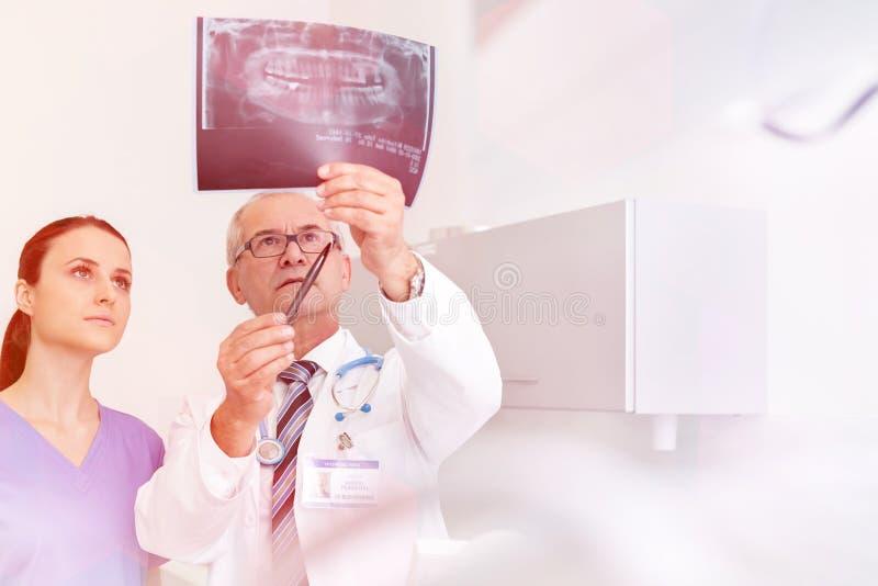 Medicinska personliga doktorer, sjuksköterskor och tandläkare under olika tillvägagångssätt med patienter royaltyfri foto