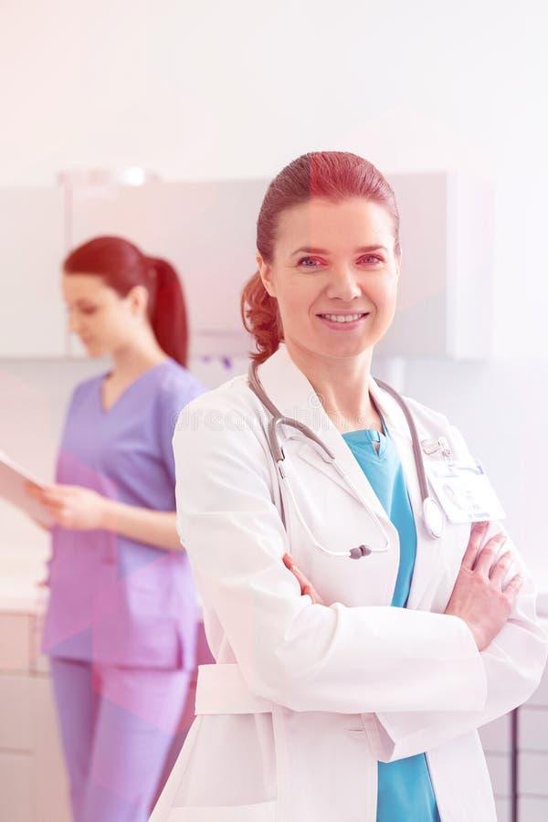 Medicinska personliga doktorer, sjuksköterskor och tandläkare under olika tillvägagångssätt med patienter fotografering för bildbyråer