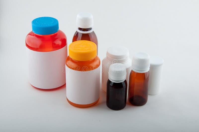 Medicinska plast-flaskor för preventivpillerar och kapslar arkivfoton