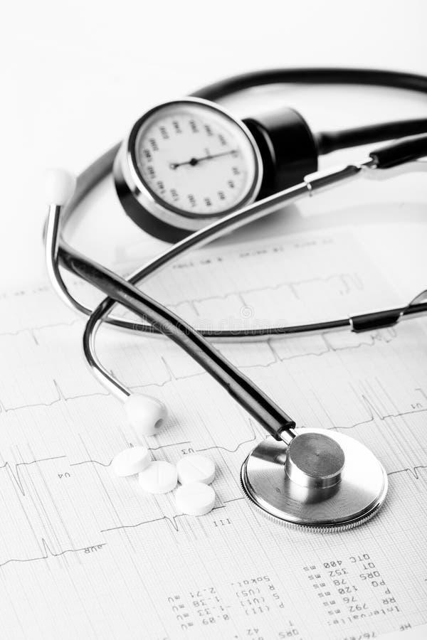Medicinska preventivpillerar och stetoskop arkivfoto