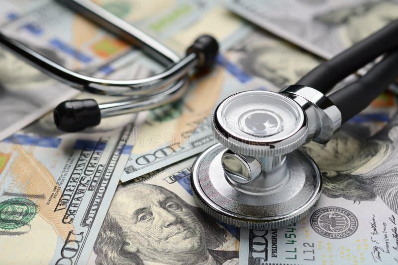Medicinska stetoskop- och dollarräkningar arkivfoton