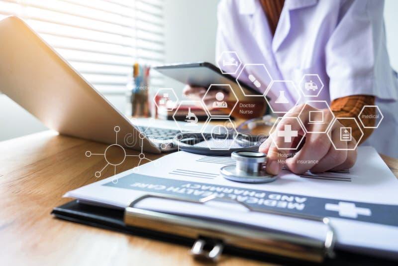 Medicinska teknologibegrepp som doktorn arbetar på en minnestavla fotografering för bildbyråer