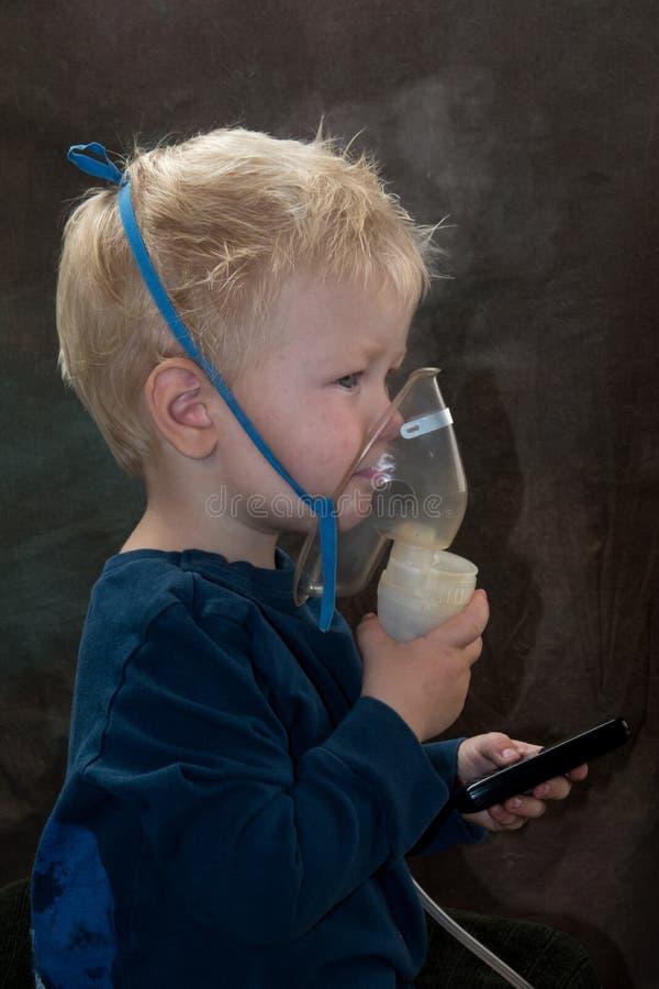 medicinska tillvägagångssätt inhaler Den Caucasian blondinen inhalerar par som innehåller läkarbehandlingen för att stoppa att ho royaltyfri fotografi