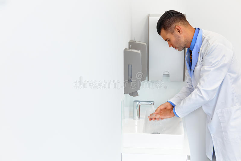 Medicinskt arbete för doktor Washes Hands Before tand- klinik royaltyfri foto