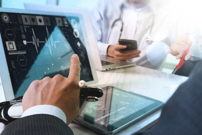 Medicinskt begrepp för möte för teknologinätverkslag Doktorshandwor royaltyfria foton