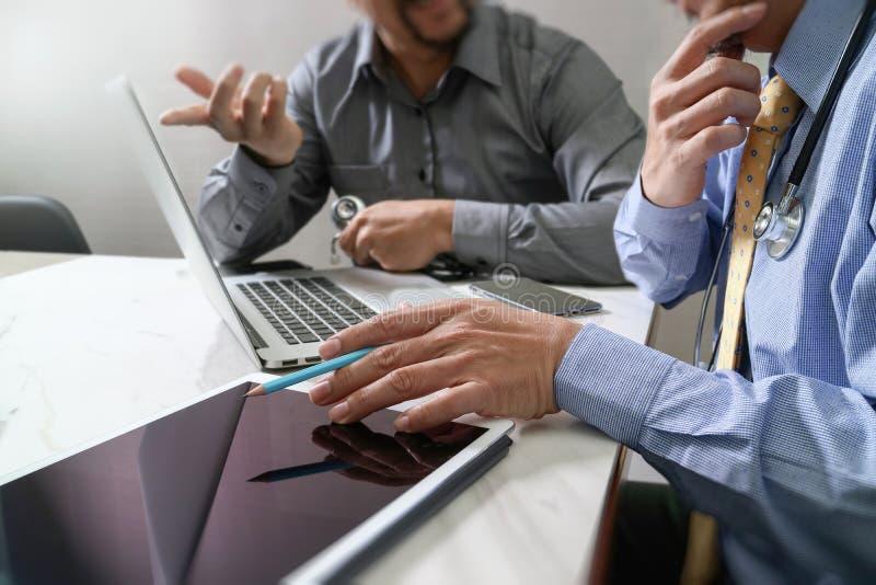 Medicinskt begrepp för möte för teknologinätverkslag Doktorshandwor fotografering för bildbyråer