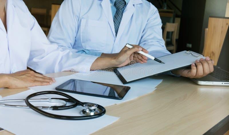 Medicinskt begrepp för möte för teknologinätverkslag Doktorshandwor arkivbilder