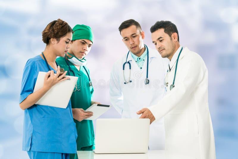 Medicinskt folk som möter bärbar datordatoren royaltyfri bild