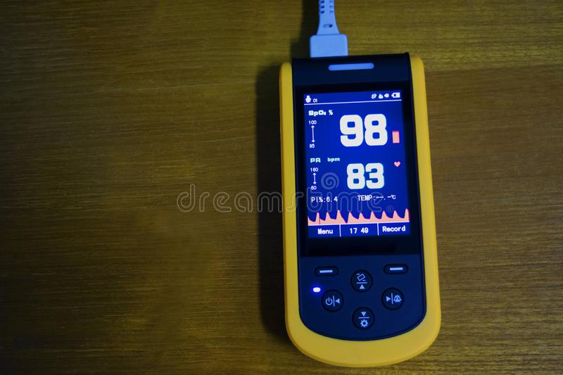 Medicinskt instrument, digitalt handheld bruk för blodsyreavkännare till att övervaka blodsyre av patienten i sjukhus royaltyfria foton