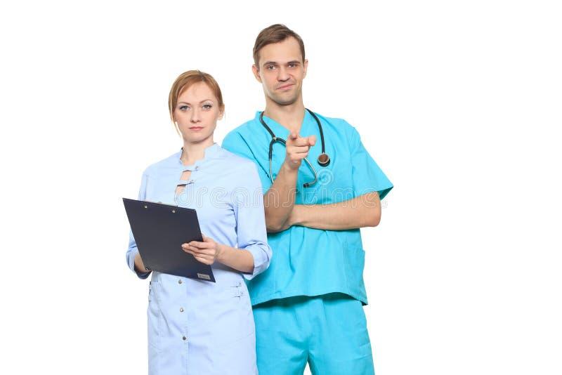 Medicinskt lag av doktorer, man och kvinna som isoleras på vit royaltyfri fotografi