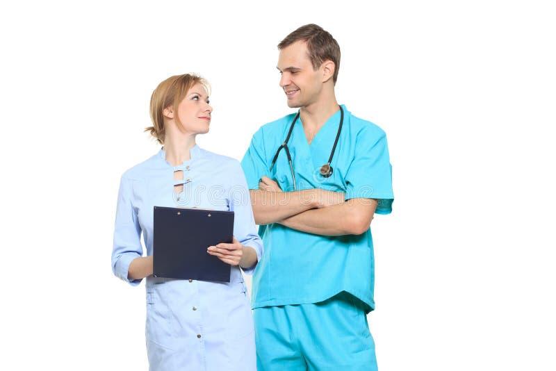 Medicinskt lag av doktorer, man och kvinna som isoleras på vit arkivfoton