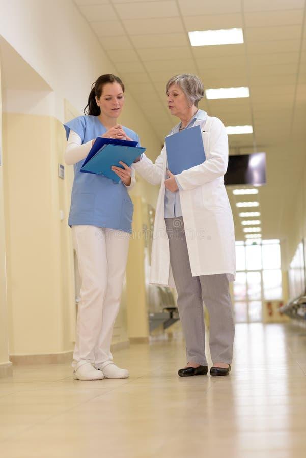 Medicinskt lag i sjukhuskorridor royaltyfri bild