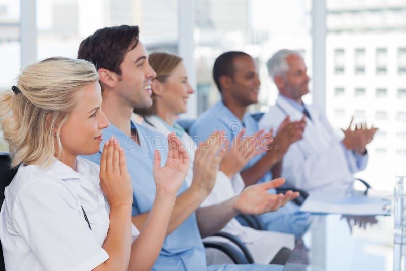 Medicinskt lag som applåderar händer royaltyfria bilder