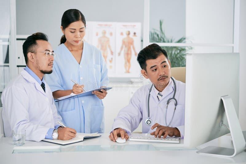 Medicinskt lag som håller ögonen på den bildande videoen arkivbild