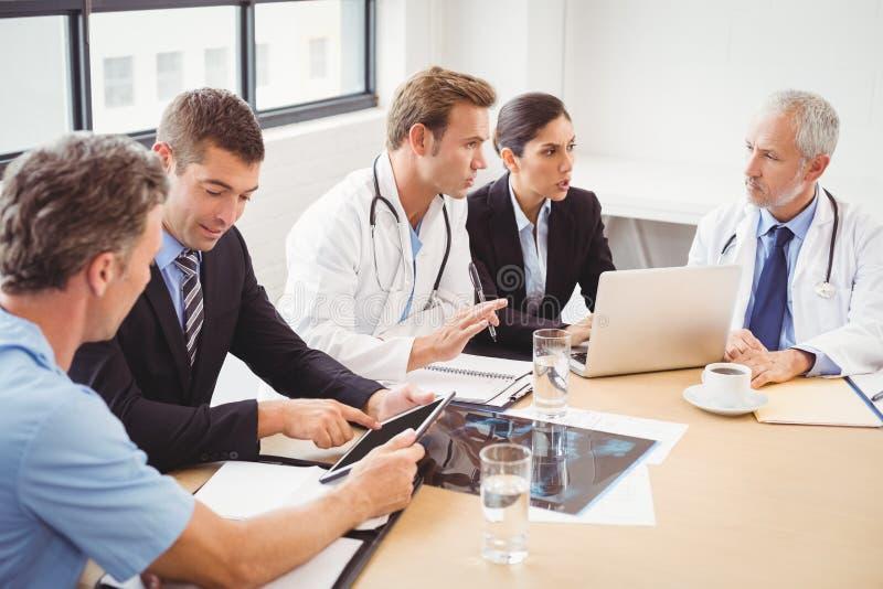 Medicinskt lag som har ett möte i konferensrum royaltyfri bild