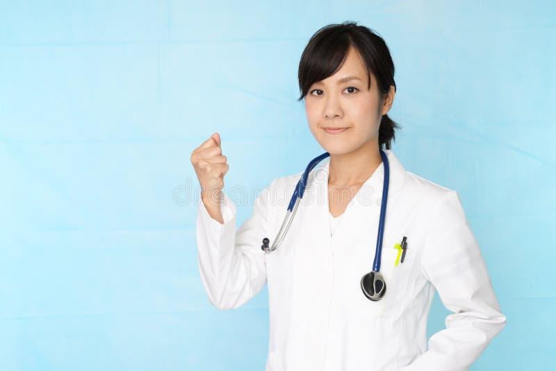 medicinskt le f?r asiatisk doktor arkivfoton