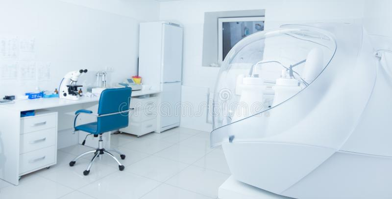 Medicinskt och vetenskapligt rum med mikroskop av hög kvalitet och annan utrustning royaltyfri foto
